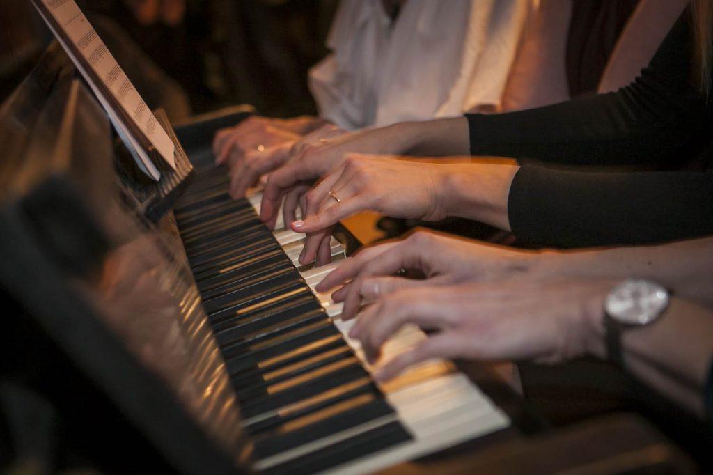 8 rankomis suskambėjęs gimtadienis džiazo bare