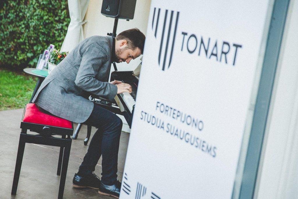 Tarptautinę muzikos dieną Eduardo Balsio skveras - fortepijono pamokos - Ton Art studija